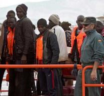 Again hundreds of migrants to Spain
