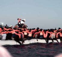 Boat with migrants may moor in Spain