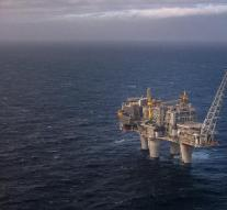 Dead and wounded on oil rig after big wave