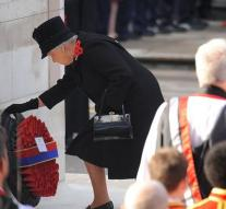 Elizabeth does not put a wreath on commemoration
