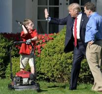 Frank (11) measures the lawn of Donald Trump