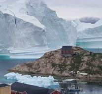 Huge iceberg reaches Greenland village