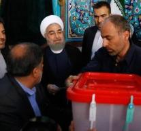 Long rows for polling stations in Iran