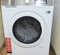 Man (22) who turns his toddler around in a washing machine has to go into the cell