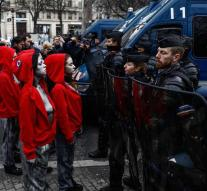 Naked demonstrators face to face with police Champs-Élysées