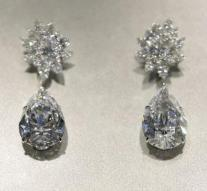 Pair of earrings estimated at 25 million euros
