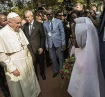 Pope closes Africa trip with mosque visit