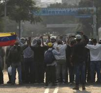 Skirmishes on Venezuela- Colombia bridge
