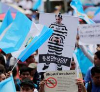 Thousands of demands are leaving President Guatemala