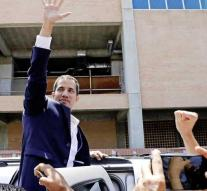 Thousands of supporters welcome Guaidó