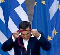 Tsipras with tie solves promise