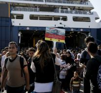 Feathers bring 12 000 migrants to Piraeus