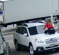 [VIDEO] Woman climbs on hood with car theft
