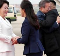Warm welcome for Moon on arrival Pyongyang